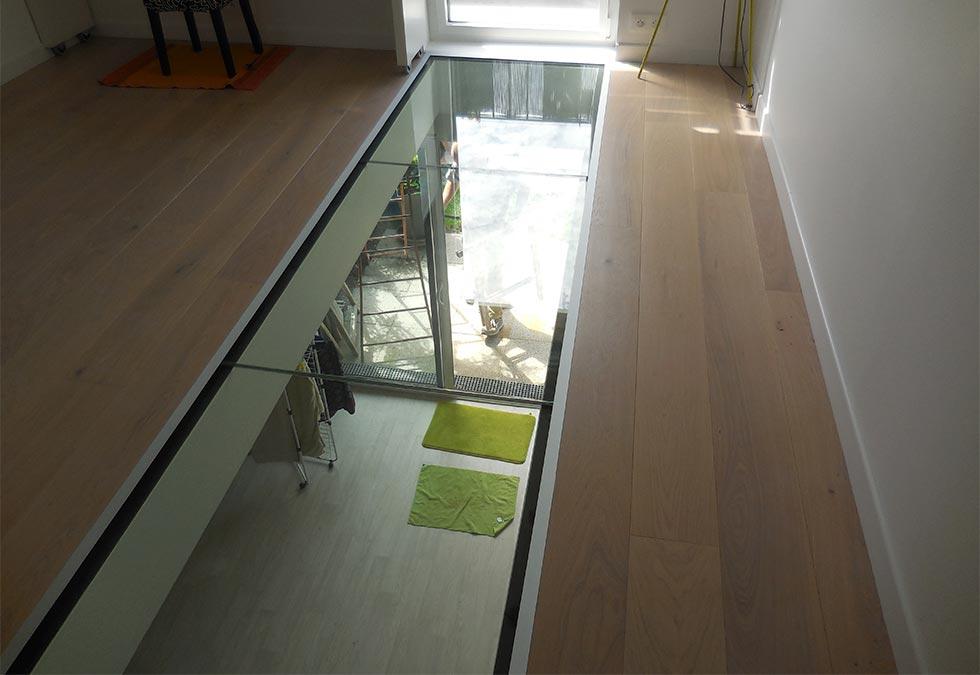 Plancher de verre transparent puit de lumière chez un ...